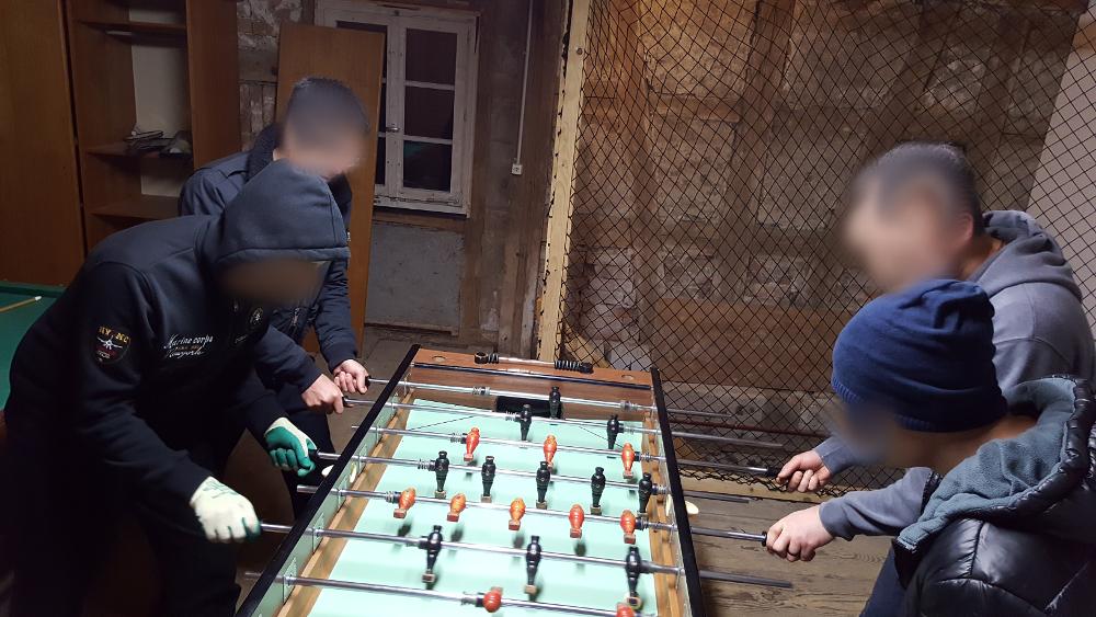 Unsere Jungs beim Tischticker spielen.